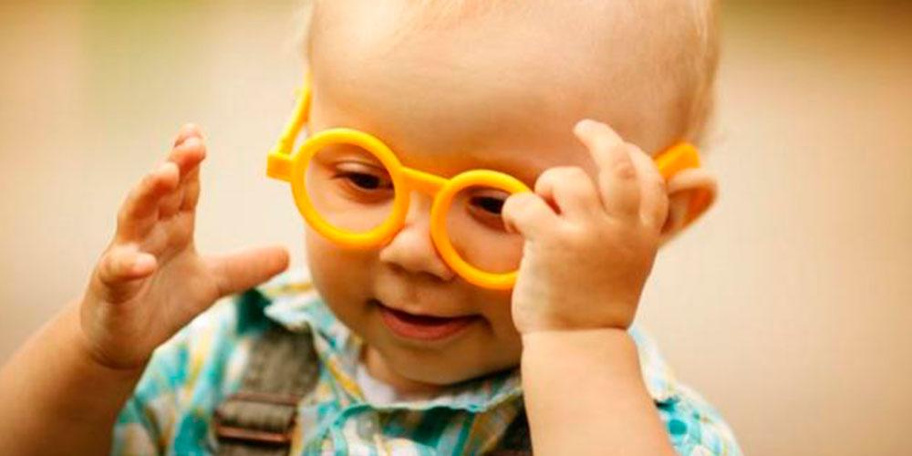 Así se emociona una bebé cuando ve bien por primera vez